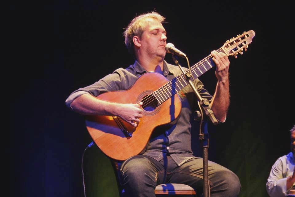 Carioca Edu Krieger se apresentou no Sesi de Marília; o artista relembrou grandes canções da carreira e também tocou o novo repertório (Foto: Pedro Pellegrino)